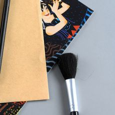Кисточка для сметания сцарапанного слоя со скретч-картины
